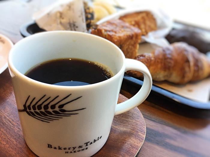 2階は、1階で購入したパンとドリンクが楽しめるカフェスペースです。ドリンクは、珈琲や紅茶の他、ビールやワイン、スープや地元産の牛乳等種類豊富です。人気は、バリスタの淹れる本格コーヒー。
