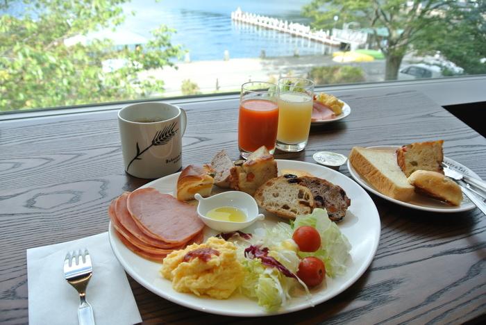 3階のレストランの開店は、11:30からですが、2階のカフェスペースは、朝8:30から営業です。8:30~10:00までは、リーズナブルな『モーニングビュッフェ』が楽しめます。カウンター席を狙うなら、朝一番で訪れましょう。  ■※土日祝は、9:00~11:00まで朝食営業で『B&T朝食セットメニュー』のフレンチトースト・ガレット・キッシュプレートの3種とキッズ朝食セットのみ。