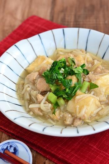 厚揚げがメインの鶏ひき肉あん。パパッと作りたい時にすぐにできるお手軽レシピです。作り置きができるので、忙しい日の一品として加えてもよいですね◎