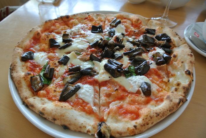 この店の自慢は、なんと言っても焼き立て熱々のピッツア。 イタリア製の窯で焼き上げるピッツァは、具材の取り合わせが良く味わい豊か。生地は香ばしく、モッチリで美味しいと評判。ピッツァの種類は30種もあるので、好みの味が見つかるはずです。 【画像は、オリーブオイルがたっぷりと染みた茄子がアクセントの『メランザーネ』】