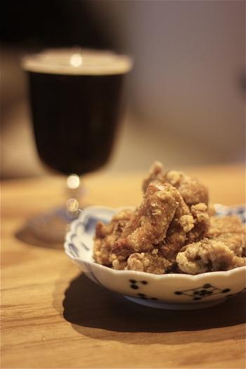 食事メニューも魅力的。立ち飲み屋とは思えないメニューの豊富さで、20種類くらいはあるそうです。ビールや日本酒に合うあらたな創作料理。和食だけでなくバーニャカウダやフィッシュアンドチップスなどもあり、締めの一品までお任せの立ち飲み屋さんです。