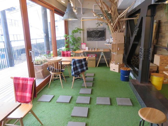 オーナーはインテリアデザイナーというだけあって、店内はこだわりの内装や家具でいっぱい。床は一面人工芝で覆われており、まるで公園へピクニックに来たような気分で過ごすことができる場所に!