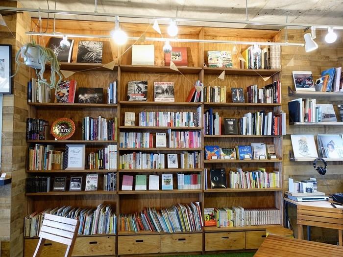 店内には天井まで届く、こんなに大きな本棚が!松陰神社前にある人気書店の「nostos books」によってセレクトされた、子供から大人まで楽しめる本が多数ラインナップされています。もちろん好きな本を手に取って読むことができますよ。