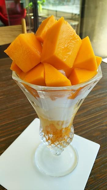 """沖縄の幻のマンゴーと言われている""""キーツマンゴー""""をどっさりとのせた「キーツマンゴーパフェ」。大きめにカットした果肉がジューシー。ボリュームたっぷりで濃厚な甘さの虜に♪"""
