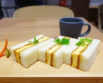こちらは「オムレツカツトーストサンド(オムカツサンド)」。ふわふわのオムレツを、なんとさくさくのカツに!営業中に完売してしまうこともある、人気のサンドイッチです。