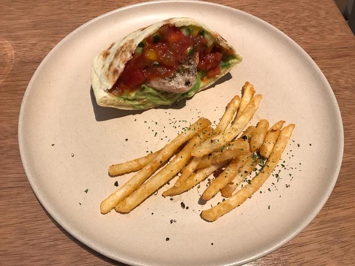 暑い季節にもぴったりな、「メキシカンサルサのチキンピカタサンド」。口に入れた瞬間、香り高くスパイシーな辛みが広がる、クセになるサンドイッチ。