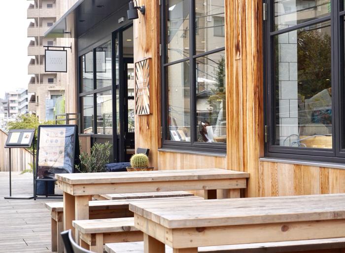 東横線の線路跡に作られた、緑豊かなログロード代官山。その一角にある「GARDEN HOUSE CRAFTS(ガーデンハウス クラフツ)」は、鎌倉で人気を集めるレストラン「ガーデンハウス」の2号店です。