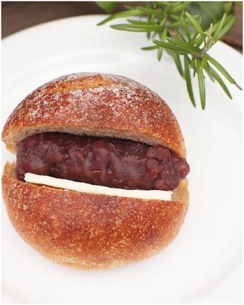 全粒粉を使ったまるパンに小豆とバターをサンド。ふんわりしたパンは、噛むほどに小麦粉の味わいが広がります。