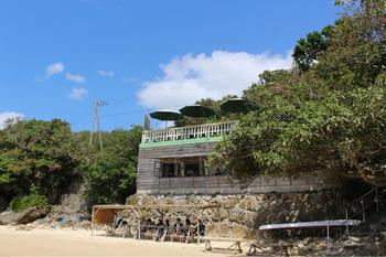 那覇空港から車で約40分、南城市にあるのが「浜辺の茶屋」です。絶景が見られるカフェの流行はここからと言っても過言ではないお店なんです。