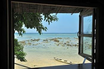 目の前は一面海!という贅沢な景色が見られるテラス席や窓際のカウンターが人気です。満潮時には波がすぐそこまで来るというロケーションが楽しめますよ。
