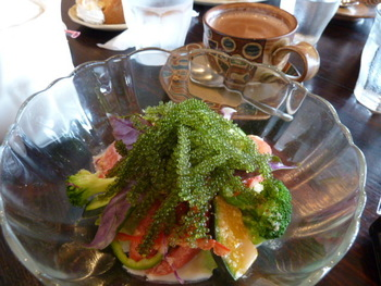 「浜辺の茶屋 」では沖縄ならではの海ぶどうサラダがあります。沖縄名物がカフェで堪能できるのは嬉しいですね。また、ちょっと一息つきたい方はコーヒーやハーブティーがおすすめですよ。