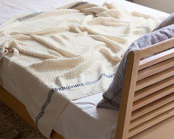 夏に嬉しい通気性に優れたコットン100%のブランケット。ふわりと柔らかな質感の肌触りで就寝時に疲れた身体を、優しく包んでくれます。