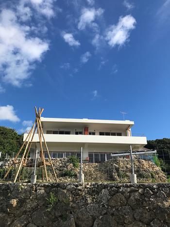 沖縄本島から車でアクセスできる人気の島、古宇利島にあるのが「Cafe フクルビ」です。古宇利島といえば外せない観光スポット「ハートロック」からもほど近い位置にあるため、あわせて観光ができるのも嬉しいですね。