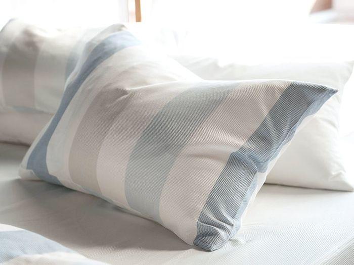 清涼感のあるブルーストライプの枕カバー。コットン100%なので肌触りがよく、夏の夜の睡眠を優しくサポートします。225 ㎝幅の一枚布で作られており、接ぎ目がないのが特徴です。