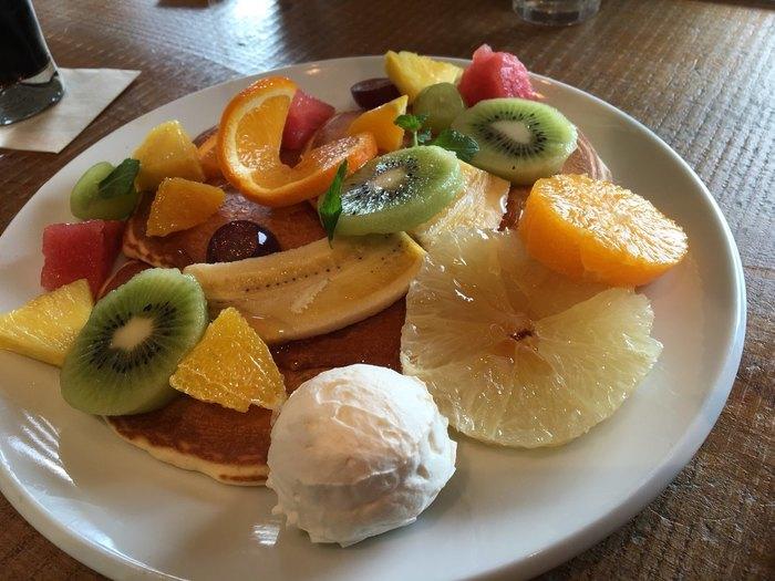 こちらも大人気の「ミックスフルーツパンケーキ」。パンケーキの上にたっぷりとのったくだものがソース代わりになってくれるので、何もかけなくても美味しい◎フルーツの魅力を存分に堪能できる一品です。