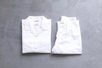 コットン100%で作られた柔らかな質感のパジャマ。ゆったりとしたサイズ感で締め付けがなく、動きやすいシルエットになっています。