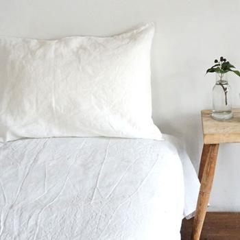 天然素材の中でも特に吸水性や速乾性に優れたリネン100%で作られた枕カバー。使えば使うほど皮革のように柔らかく馴染んで、使いやすくなるのがポイント。