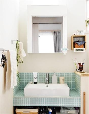 お肌がべたついていると感じたときについ洗顔を行っていませんか?  洗顔も回数が増えると、洗顔料の洗浄力と手による摩擦でお肌が乾燥しやすくなります。  多くても、朝晩1回ずつが理想的ですね。  洗顔の際は、たっぷりの泡でなでるように洗うと不要な摩擦を抑えられます。  洗い流す際は32度〜35度程度のぬるま湯で洗い流すと、お肌に必要な皮脂も残せますよ。