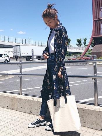 デニム&Tシャツ+コンバースを合わせたいつものスタイルに、人気のボタニカルフラワーのシャツワンピをまとって女性らしく。全体的に色のトーンが暗めな時は、ナチュラルな素材感の白コットントートバッグでグッと明るい雰囲気に。