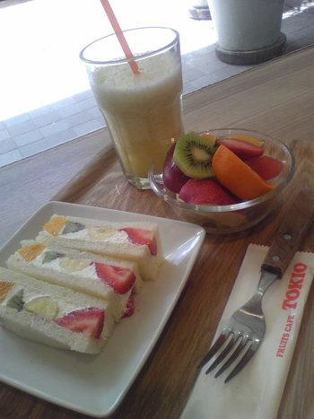 ミックスサンドやミルクパンケーキランチなど数種類のランチも提供しています。一番のおすすめは「フルーツサンドランチ」。サンドイッチの他に、フルーツの盛り合わせと本日のジュースが付いて、くだものの美味しさを満喫できますよ。