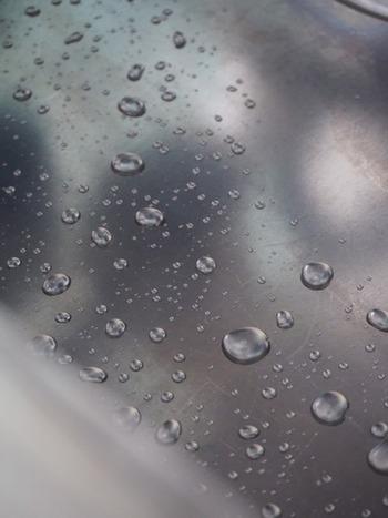 使い込んだシンクに汚れが付着しやすくなったと感じたら、コーティング剤を使ってみましょう。撥水効果が得られるので水や汚れを弾いてきれいな状態をキープしやすくなります。