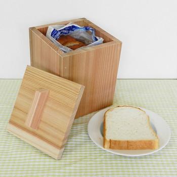 吉野杉で作られた食パンストッカー。杉には抗菌作用があり、パンの袋に適当に穴を開けておけば湿度を逃したり吸収したり、パンを美味しく長持ちさせてくれます。