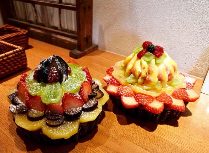 フルーツがどっさりとデコレーションされた華やかなフルーツタルト。前日の午前中までに予約すれば、ホールタルトも作ってもらえます。誕生日のケーキや手土産としても喜ばれそうですね♪