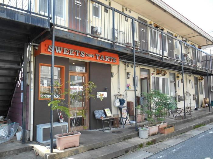 桜坂のアパートの一室で営業しているタルト専門店「NOYU(ノユ)」。小さめではありますが、スイーツ好きには有名なお店で、夕方には完売してしまうほどの人気ぶり。旬のフルーツを使用した四季を感じられるタルトは、色鮮やかで見た目にも楽しませてくれます♪