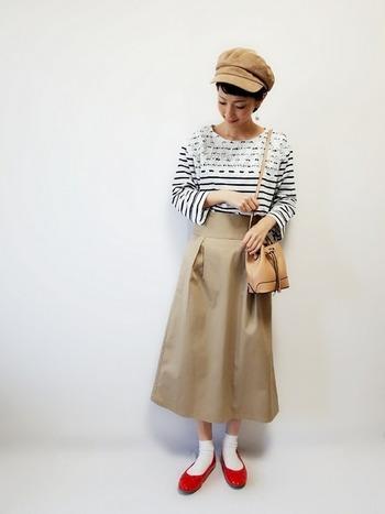 小物の色とチノスカートをベージュで統一しているのでスッキリ見えるコーデです。 マリンボーダーに合わせて、足元もマリンをイメージさせるホワイト×レッドで。