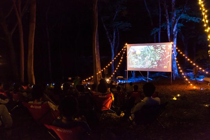 森に夜の帷がおりたら、ランタンを片手に幻想的な映画鑑賞へ。ポーラ美術館の森に1日限定の特別映画館がオープンします。日本初の野外映画フェスとして開催され、現在多くのファンから支持される「夜空と交差する森の映画祭」を手掛けるサトウダイスケ氏が、森で夜風を感じながら鑑賞するのにぴったりな短編映画をセレクトしてくれていますよ。