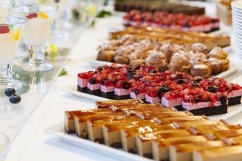 夕食は、ポーラ美術館内のレストラン「アレイ」でのブッフェ。オードブルからデザートまで、多彩な欧風料理が並びます。