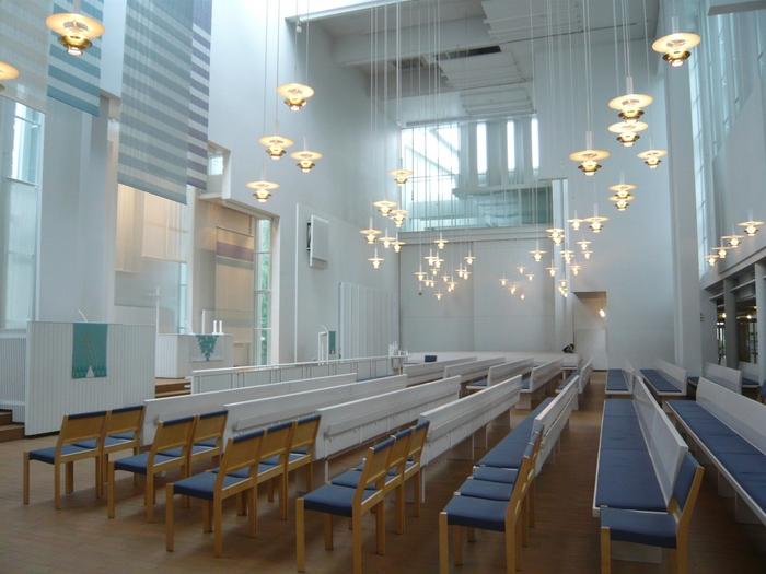 スウェーデンのお隣フィンランドには「これぞ北欧デザイン」と感じるような建築が沢山あります。そう感じるのは、先ほどもご紹介したフィンランドの代表的なモダニズム建築家『アルヴァ・アアルト』の存在故かもしれません。 アアルトがデザインした教会で、静かな時間の流れを感じるのも北欧旅行ならではの楽しみ方。