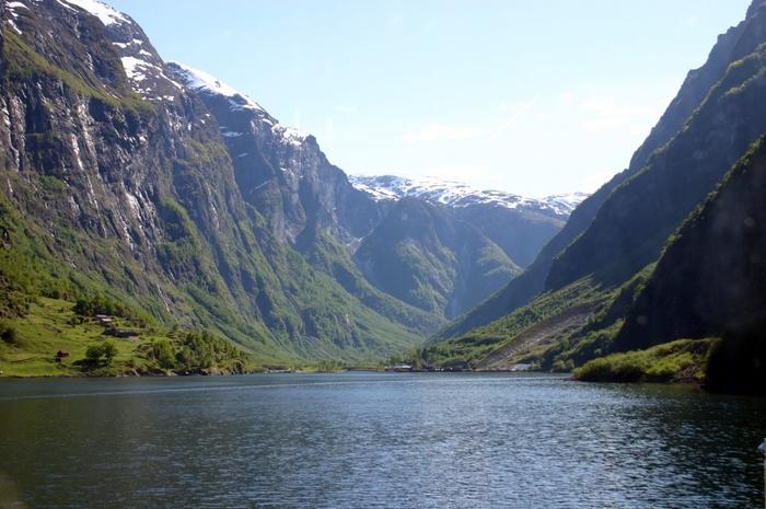 中でも有名なのがフィヨルドを巡るツアー。フィヨルドとは氷河の侵食によって作られた複雑な形をした入江のことです。船に乗って入江を進むツアーは北欧でしか体験できないことかも。