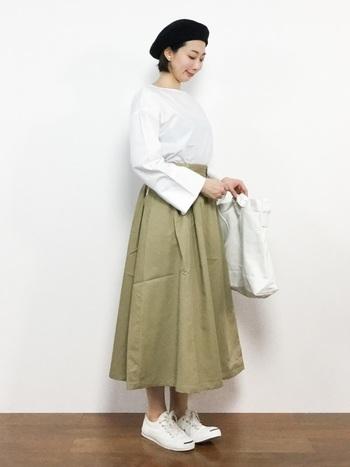 チノスカートは素材がしっかりしているので、こんなふうにきちんとした雰囲気にも着こなせます。 年上の方のお家にお呼ばれしたときなど、「ほどよくきちんと」が求められるコーデの参考になりそう。
