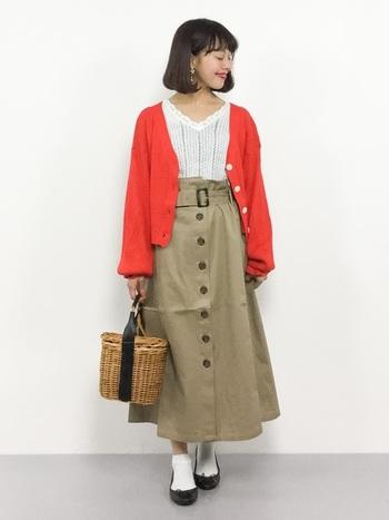 ベージュのチノスカートに合わせるきれい色のカーディガンなら、丈は短めがバランス◎ 差し色がスカートのボリュームを引き締めてくれます。