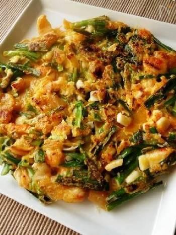 イカやエビの魚介類がたっぷり入った海鮮キムチチヂミは混ぜて焼くだけなのでとっても簡単。醤油にお酢とコチュジャンを混ぜたツケだれで召し上がってみてくださいね。