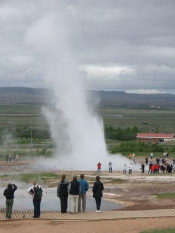 アイスランド旅行では、地下からお湯が吹き出る間欠泉や、大地の裂け目「ギャオ(ギャウ)」なども見逃せません。  美しい建築から、おしゃれな雑貨、雄大な自然まで、北欧には訪れるべき場所がたくさんあるんですよ。