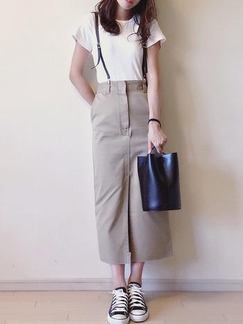 チノスカートでおすすめのシルエットがタイトスカート。 Tシャツ、コンバースなど、カジュアルなアイテムと合わせることで、こなれ感のある大人カジュアルコーデに◎ 革小物をちりばめたテクニックはおみごと♪