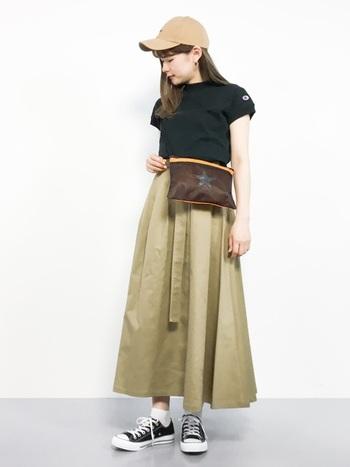 ふんわりしたチノスカートとタイトなTシャツに合わせるバッグなら、サコッシュがおすすめ。 短めの位置で調節するのが今年らしいシルエットのポイントです。
