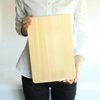 毎日のお料理に使いたくなる「山一(やまいち)」のまな板は、細かく平行に木目が入っているのが特徴で、刃の当たりが良く、材質の木曽ひのき材が持つ弾力性から、包丁さばきがリズミカルかつスムーズに行えます。