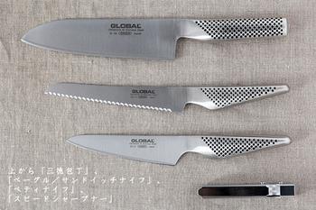 """この包丁の愛される理由のひとつとも言える""""ハマグリ型""""と呼ばれる刃先の形状は、峰から刃先に向かって直線的に鋭くなるのではなく、ゆるやかなカーブを描いているため、切れ味が鋭く、切ったものの刃離れが良いのが特徴。 また、刀身から柄までをオールステンレスにした一体構造なので、錆びにくく、全体がしっかりと洗え、清潔を保ちながら使い続けて行くことが出来ます。"""