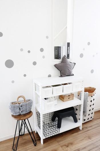 様々な大きさで丸くカットしたシートを、壁にペタペタ……すると、殺風景だった白い壁にも動きが生まれて楽しい雰囲気に。飽きたらすぐに剥がせるお手軽な模様替えです。