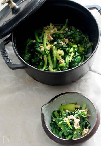 煮浸しもストウブなら簡単♪小松菜は茎の部分と葉の部分に分けて入れるのが、美味しくなるポイント。小松菜のシャキシャキ感を味わいましょう。