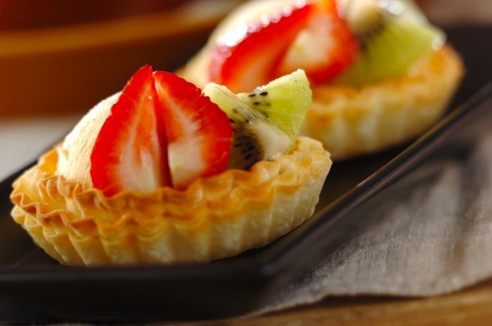 餃子の皮に1枚ずつバターを塗りながら3枚重ねて焼きます。その器に、アイスクリームとイチゴを飾ってできあがり。生地作りの手間がなく、簡単・時短なスイーツです。