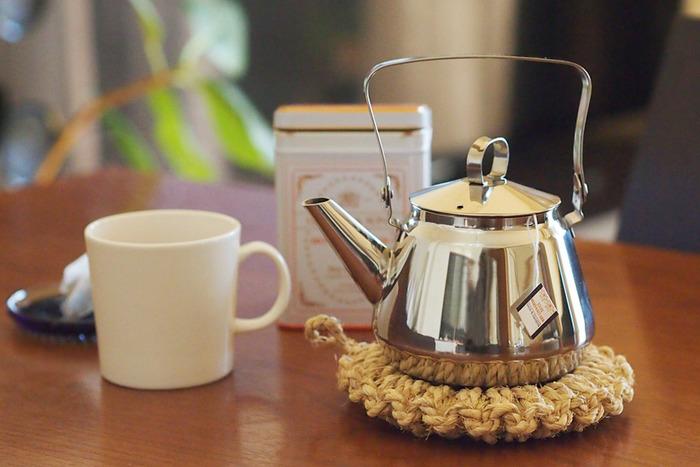 映画「かもめ食堂」で使われ、一躍人気のケトルとなった「OPA」のMariケトルは、ステンレスの美しさが際立つ、シンプルなデザインがとっても素敵です。 0.5Lサイズはとても小さいサイズで、まるでティーポットのような存在感。カップ1~2杯程のお湯を沸かすことが出来るので、例えば、一人用のコーヒーや紅茶を楽しみたい時にもぴったり!