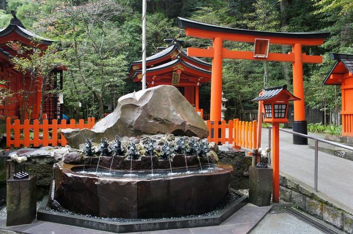 「箱根神社」と、芦ノ湖龍神信仰、月次祭で有名な「九頭龍神社」の両方を参拝(両社参り)すると、大きな加護を頂けると古くから知られています。ここ「箱根神社」の隣には「*九頭龍神社本宮」の分社「九頭龍神社新宮」があり、わざわざ本宮まで足を運ばずとも両者参りすることが出来ます。  「九頭龍神社」の手前には「九頭龍神甘露の霊水」が湧き出ています。 掌で受けて口をすすげば、一切の不浄を洗い清め、神棚に供えれば、家内清浄縁起の養生となると云われ、近年では、恋愛運をアップさせると人気を集めています。手持ちのペットボトルに汲んで持ち帰ることも出来るので、ぜひ立ち寄りましょう。 【手前が「甘露の霊水」奥が「九頭龍神社新宮」】  (*「九龍神社本宮」は、桃源台港と箱根水族館の丁度中間に位置しています。「箱根神社」から徒歩で約1時間。バス+徒歩で、30分程度。)