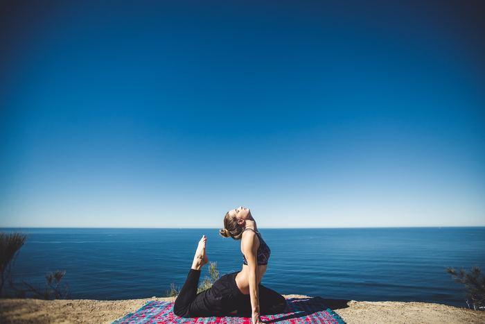 朝の軽い運動は体を温めて血行を促し、基礎代謝アップにもつながります。体をねじったり前屈したり。ヨガのゆったりとした動きで、眠っている身体をほぐしましょう。朝日を浴びながらヨガを行うことで、身体も頭もすっきりと目覚めることができますよ。朝ヨガを行う際は、以下の動画をぜひ参考にしてくださいね。