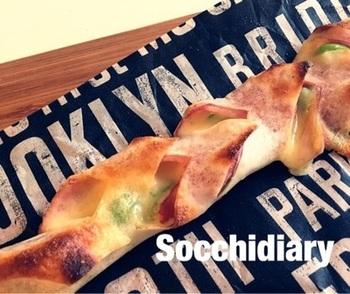 人気のパン、ベーコンエピを春巻きの皮で。具材を春巻きの皮でくるみ、キッチンバサミで斜めに等間隔で切り込みを入れ、交互に開きます。あとはトースターで焼くだけ!