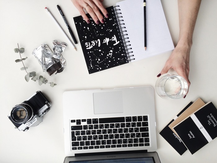 出勤前のひとときは、仕事のパフォーマンスを左右する貴重な時間。1日のスケージュールを確認したり、仕事に必要なTO DO リストを整理したり。その日の計画と目標を確認しておくと、1日をスムーズな流れで過ごすことができます。