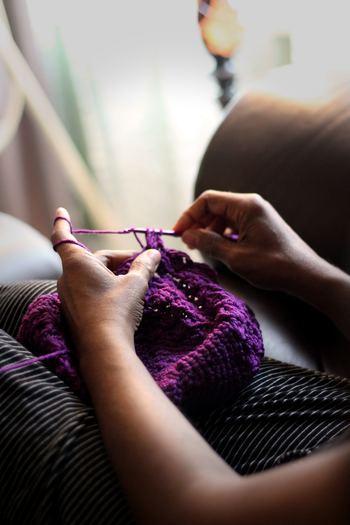 """1日で一番脳が活発に働く朝は、クリエイティブな作業にも向いているそうです。いつもより早く起きた朝の""""30分""""を、創造力を必要とする「趣味の時間」に使ってみませんか?ハンドメイドの作品作りは、なかなか日中の忙しい時間帯にはできないもの。刺繍・編み物・アクセサリー作り・陶芸など、自分の好きな趣味や活動で、ぜひ素敵な1日をスタートさせてみてください。"""